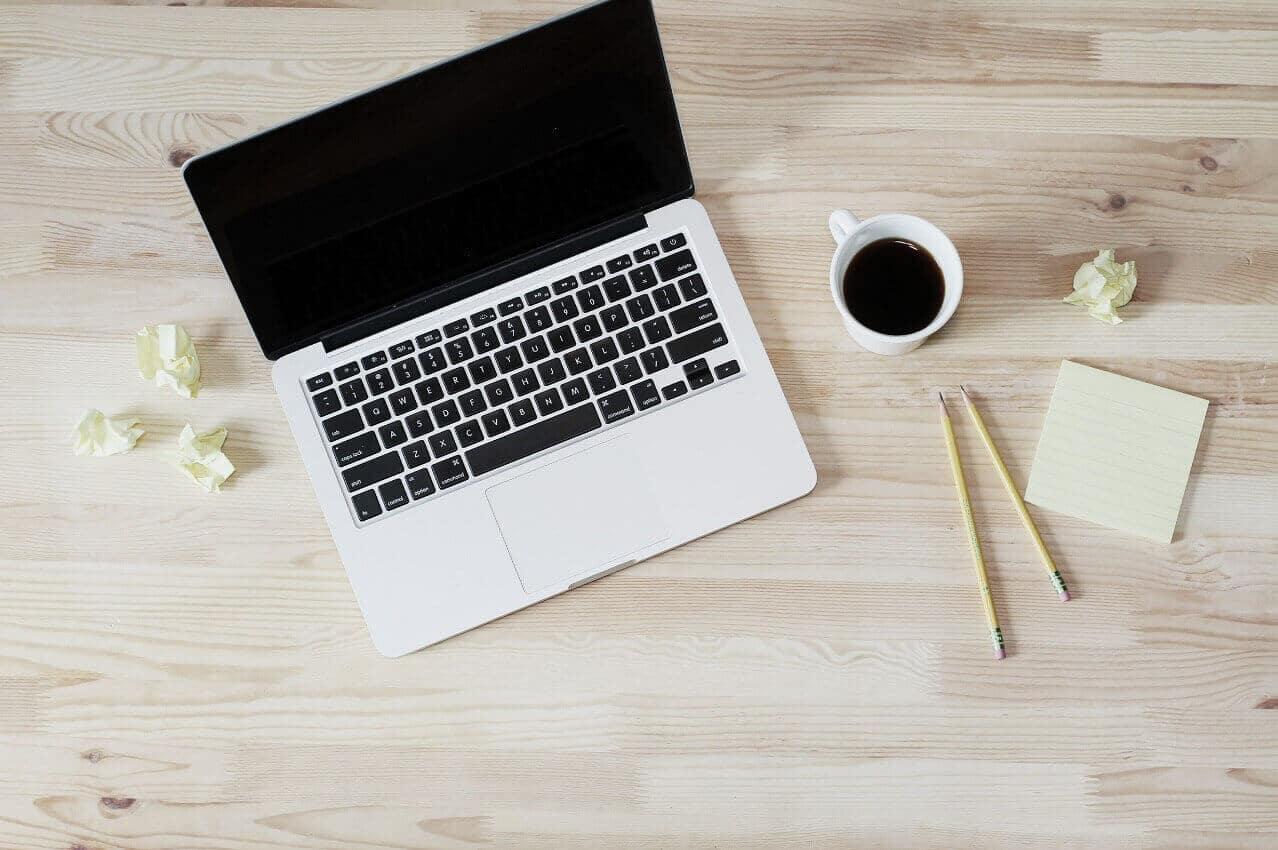 Freelance avec ordinateur et café à moulineaux